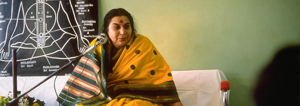 shri-mataji-nirmala-devi-teaching-sahaja-yoga-meditacion